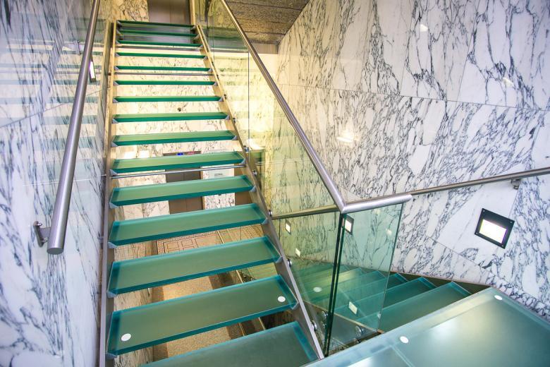 Dodali jsme krásné a moderní schodiště se skleněnými stupni.